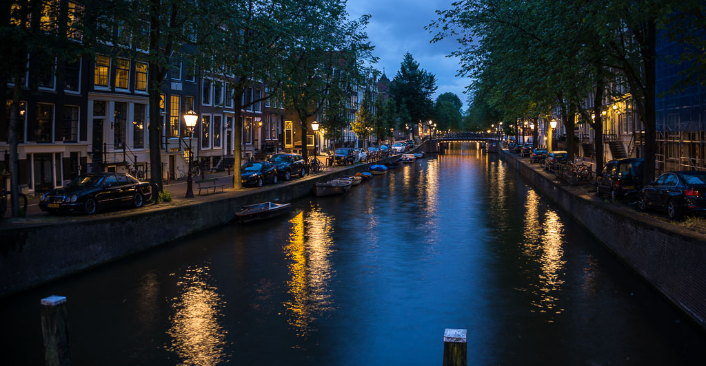 Amsterdam at night is so incredibly gorgeous - The Two Drifters www.thetwodrifters.net